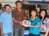 Xuân Lan nhận giải thưởng cho Phản Hồi thứ 1000. Từ trái sang: Hiếu, Đạt Xuân Lan và Kim Đinh